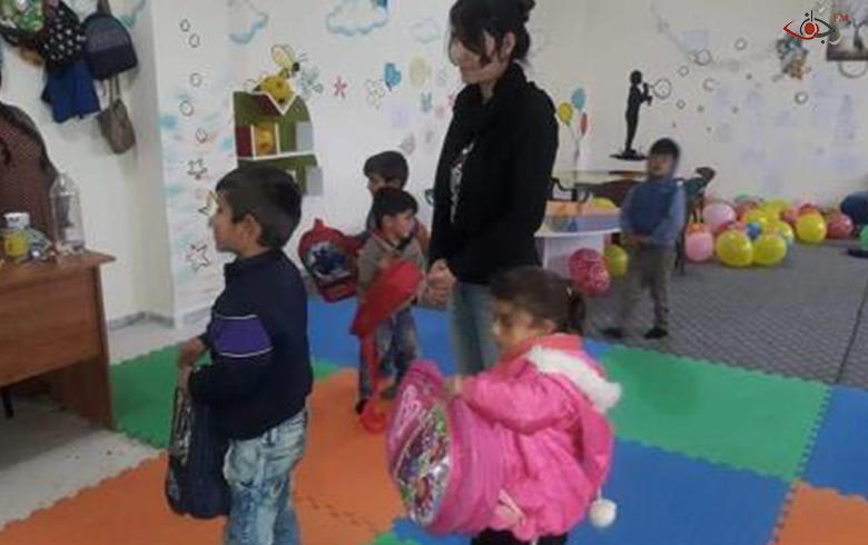 توزيع لوازم مدرسية على أبناء الشهداء في الروضة الخاصة بهم ضمن
